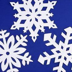 These paper snowflakes are SO FUN and really simple to make! Such a classic craft tutorial that teaches you how to make perfect snowflakes every time! Making Paper Snowflakes, Paper Snowflake Template, Origami Templates, Box Templates, Winter Art Projects, Winter Crafts For Kids, Christmas Projects, Kids Crafts, Christmas Decor
