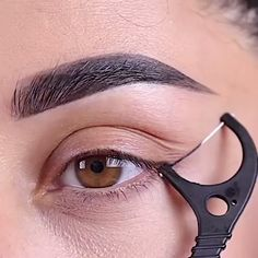 A friend& eyeliner hack tag at @ farahpromakeup⁠ . - A friend& eyeliner hack tag at @ farahpromakeup⁠ .⁠ # … – A friend& eyeliner hack tag at @ farahpromakeup⁠ . Eyeliner Hacks, Eyebrow Makeup Tips, Makeup Eye Looks, Eye Makeup Steps, How To Apply Eyeliner, Skin Makeup, Eyeshadow Makeup, Easy Eyeliner, Gold Makeup