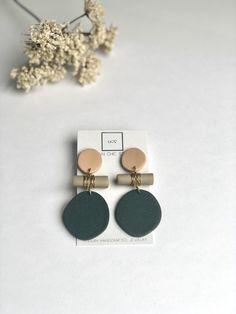 AMAYA earrings in beige and forest greenand, sparkle earrings, Statement drop earrings, dangles, pol - Jewelry Diy Clay Earrings, Bar Stud Earrings, Polymer Clay Jewelry, Statement Earrings, Clay Beads, Diy Jewelry, Handmade Jewelry, Jewelry Design, Jewelry
