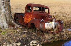 Abandonnée ... Une Chevy des années 30 dans sa parure de rouille ... Photo via Janne Flinck.