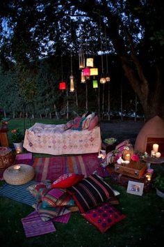 sommerparty deko gartenideen kissen decken ethno boho style beleuchtung hängeleuchten