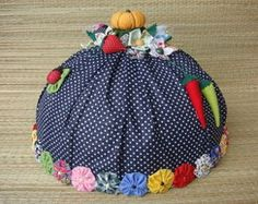 Cobre Bolo- Bolinhas Kitchen Towels, Diy Kitchen, Craft Stick Crafts, Diy And Crafts, Crochet Cozy, Cake Cover, Tea Cozy, Mini Things, Pin Cushions