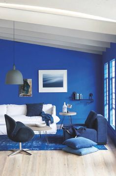 Blue Living Room Decor - What color couch goes with blue walls? Blue Living Room Decor - What colors go with navy blue? Navy Living Rooms, Blue Living Room Decor, Blue Bedroom Decor, Blue Home Decor, Bedroom Ideas, Royal Blue Bedrooms, Royal Blue Walls, Blue Rooms, Burgundy Room