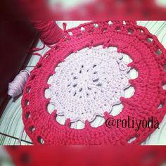 Acho que não vai rolar terminar hoje braço e ombro pedindo arrego =\ #tapetando #tapete #tapestry #tapetedecroche #alfombra #alfombratrapillo #trapilho #trapillo #fiodemalha #fioecologico #fioreciclado #croche #crochet #crocheting #crochetlove #instatop #instaarte #instablog #instacrochet #artesã #artesanal #aceitoencomendas #feitoamao #handmade #lovecrochet #lovehandmade by rotiyoda