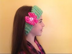 How to loom knit an ear warmer with flower - http://www.knittingstory.eu/how-to-loom-knit-an-ear-warmer-with-flower/