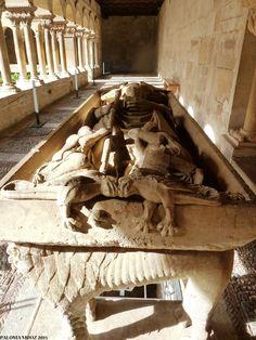 Monasterio de Santo Domingo de Silos. Enterramiento de un abad del monasterio en uno de los corredores del claustro. Siglo XIII.