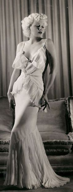 beautiful and elegant 1930s gown with feathery pleats and drapes - Jean Harlow #jeanharlow #1930sgowns #oldhollywood