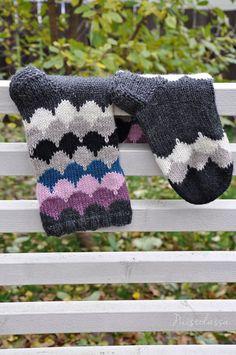 IHANAT SYYSSUKAT JÄMÄLANGOISTA | PUISTOLASSA | Bloglovin' Cute Cats And Dogs, Kids Socks, Knitting Socks, Leg Warmers, Fingerless Gloves, Knit Crochet, Knitting Patterns, Handmade, Crafts