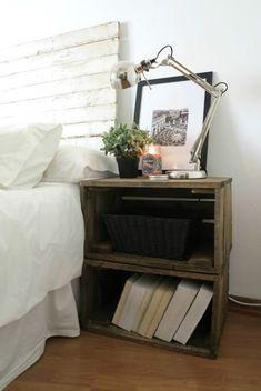 Mesa de noche con cajas de madera. Muebles hechos con cajas de madera. #decoracionlowcost #mueblesdiy