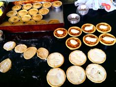 Nossa mesa de produção!!! Empada de frango com requeijão!  feita com peito de frango, requeijão premium, sem conservantes, massa fina e crocante!  Bandeja c / 6 unds tamanho lanche. Congelada/pré assada. R$27,00 .  Entregamos nossos produtos em Belo Horizonte.  Encomendas/pronta entrega pelo telefone/whatsapp: 031 998336757 - Julia  Email: quitandamineira@gmail.com Facebook.com/damineira Instagram.com/damineira Pinterest.com/damineira #damineira #empadadamineira #empada #quit