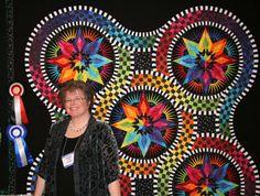 Jacqueline de Jonge with her award winning quilt, Listen With Your Eyes  Stunning quilt!