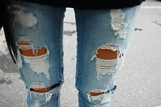Adoro calça jeans rasgada, e nem sempre encontramos um modelo que nos agrade né? Por isso resolvi procurar dicas para você customizar aquel...