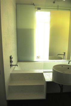 Home PivMar , beutifulBathroom with bianco Carrara Mosaic 15x15mm / /  uno splendid esempio di utiìlizzo di mosaico in BiancoCarra 15mmx15mm montato su struttura metallica sospesa / vascadoccia in inox Aisi304 rivestito / - / - design by Lauro Ghedini