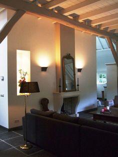open haard onder houten balken plafond | Stylist en Interieurontwerper www.stijlidee.nl