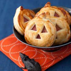 Jack-o'-Lantern Sandwich Bites - - These golden ham and cheese nibbles are way easier than carving a gourd. Just use a pumpkin-shaped cookie cutter on store-bought pie crust and ham and cheese slices, then layer and bake! Essen Halloween Party, Halloween Dinner, Halloween Food For Party, Halloween Make, Halloween Treats, Halloween 2019, Halloween Recipe, Halloween Breakfast, Halloween Baking