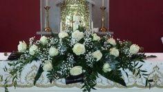 Altar flowers #ballaflorists #weddingflowers #mayoweddings #carracastle #mountfalcon #magicalplace #avalancheroses #babiesbreath
