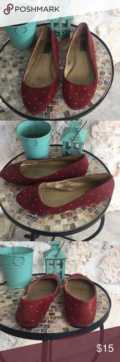 Deena & Ozzy rust colored flat w/gold metal dots Deena & Ozzy red/brown rust colored flats with gold metal detailing all around. These are preloved, price reflects wear but they have lots of wear left! ✅I ship same or next day ✅Bundle for discount Deena & Ozzy Shoes Flats & Loafers