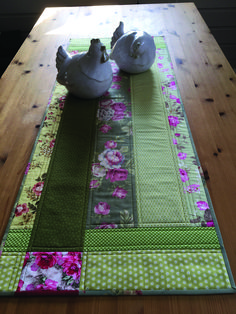 Rose, Pink and Green make a pretty Spring or Summer Table Runner - Handarbeit - Patchwork Table Runner, Table Runner And Placemats, Table Runner Pattern, Quilted Table Runners, Quilting Projects, Sewing Projects, Place Mats Quilted, Quilted Table Toppers, Bed Runner