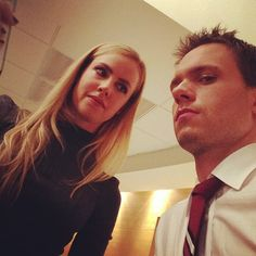 Amanda Schull and Patrick J. Adams on the set of « Suits Mike Ross Suits, Suits Harvey, Suits Series, Suits Tv Shows, Harvey Specter, Best Tv Shows, Movies And Tv Shows, Patrick J Adams, Suits Quotes