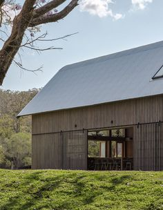 Agricultural barns were an inspiration for this holiday home in Pullenvale, Australia, designed by Paul Uhlmann Architects and featuring glazed gable-ends. Australian Sheds, Australian Bush, Barn Style Shed, Farm Shed, Farm House, American Barn, Modern Barn House, Barns Sheds, Rural Retreats