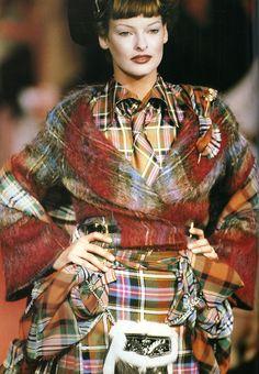 1993 linda evangelista in vivienne westwood as level тартан, Grunge Outfits, Outfits Casual, Tartan Fashion, Punk Fashion, Runway Fashion, Lauren Bacall, Cindy Crawford, Drew Barrymore, Tweed