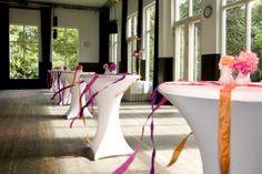Sta tafels op een receptie met gekleurd lint