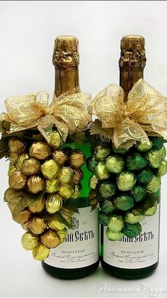 This is clever and eye-catching, very cool. I'd use Ferrero Roche chocolates. A little more expensive but a great gift for a special occasion. Wine Bottle Crafts, Bottle Art, Diy Christmas Gifts, Christmas Decorations, Chocolate Bouquet, Gourmet Gifts, Candy Bouquet, Candy Gifts, Chocolate Gifts