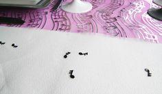 La nappe blanche est habillée de jolis confettis de table en forme de notes de musiques !