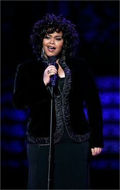 Talented and very beautiful singer, actress, poetess and mom: Jill Scott is all this. A curvy and black star from the old soul music scene, the one that is fun, playful and full of soul.