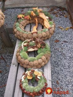 The prettiest deco items can be found for free in nature . Christmas Mood, Rustic Christmas, Handmade Christmas, Christmas Wreaths, Christmas Crafts, Christmas Decorations, Christmas Ornaments, Cemetery Decorations, New Years Decorations