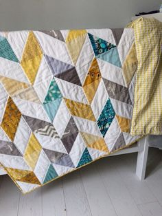 Herringbone baby quilt For this quilt I did 80 blocks of x each cm) To make the triangles I cut strips of wide cm) from each color, then squares of cm) and then cut diagonal to obtain 2 triangles. The final size of the finished quilt is x x cm) Chevron Baby Quilts, Neutral Baby Quilt, Baby Quilt Patterns, Baby Boy Quilts, Modern Quilt Patterns, Modern Baby Quilts, Herringbone Quilt, Grey Quilt, Aqua Quilt
