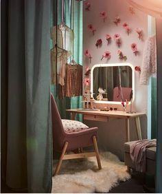 17 cozy decor ideas with bedroom string lights 13 My New Room, My Room, Room Ideas Bedroom, Bedroom Decor, Decoracion Habitacion Ideas, Ikea Vanity, Decoration Ikea, Decorations, Retro Room