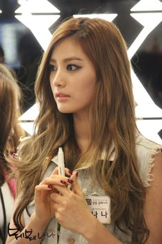 After School NaNa. Her face, her hair, her makeup, her nails... She's beautiful!