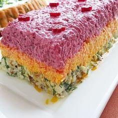 Tam da mevsimi iken üç renkli kereviz salatasi ile sofralarimizi şenlendirelim mi Üç Renkli Kereviz Salatasi malzemeler: pancar yada tıurşusu havuç yoğurt mayonez dereotu ceviz sıvı yağ tuz yapılışı: Havuçları rendeleyip, tavada rengi dönene kadar kavurun. Pancarı haşlayıp, rendeleyin. Pancar turşusu kullanacaksanız direk rendeleyin. Kerevezi rendeleyin. Yoğurt, mayonez ve tuzu bir kasede pürüzsüz olana dek karıştırın. Rendelenmiş kerevize ekleyin. Bir miktar yoğurtlu kerevizden alıp…