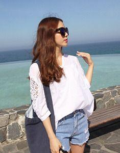 Today's Hot Pick :クロッシェレースAラインスキッパーブラウス【BAGAZIMURI】 http://fashionstylep.com/SFSELFAA0022954/bagazimurijp/out クロッシェレースAラインスキッパーブラウス。 ロマンティック系7分袖ブラウスです。 腕のクロッシェレースがアクセント☆ Aラインにふんわり広がりしっかり体型カバーしてくれます。 薄手のコットン素材でさらっと軽く着心地も抜群です◎ 素材の特性上若干透け感がありますのでご参考ください。 ◆1色:ホワイト