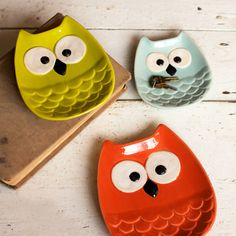 three colorful owl plates - a sweet set for an owl lover Clay Projects, Clay Crafts, Diy And Crafts, Projects To Try, Slab Pottery, Ceramic Pottery, Owl Snacks, Ceramic Owl, Air Dry Clay