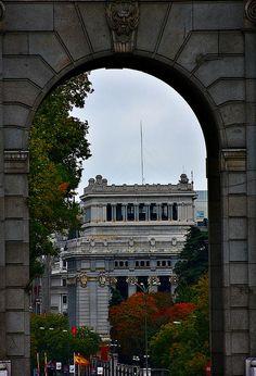Instituto Cervantes a través de uno de los arcos de la Puerta de Alcalá. Plaza de la Independencia, Madrid