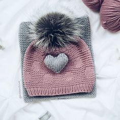 Diy Crafts - Pom pom cozy beanies are a nice and stylish idea to keep you warm. They are usually created from thick wool to insulate heat very well. Knitting For Kids, Knitting For Beginners, Loom Knitting, Knitting Patterns Free, Knitting Projects, Baby Knitting, Crochet Baby, Crochet Projects, Knit Crochet