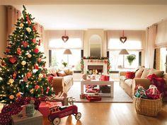 El árbol, el rey del salón  El árbol llena de color el salón. Las bolas cascabel son de Coton et Bois, como el árbol y las guirnaldas con forma de corazón. Los duendes y las bolas de papel son de Blaubloom. Y el cochecito, de Ivo&Co.