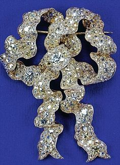 The Queens true lovers knot diamond brooch inherited from Queen Mary. British Crown Jewels, Royal Crown Jewels, Royal Crowns, Royal Tiaras, Royal Jewelry, Tiaras And Crowns, I Love Jewelry, Bow Jewelry, Queens Jewels