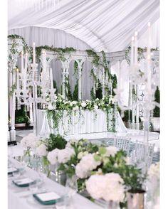 Свежая зелень, оплетающая тонкие изящные колонны оранжереи, стеклянные фигурные стекла, переливы серебра и мягкий струящийся свет ✨ За прекрасные фото спасибо дорогой @elenapavlovaphoto Idea & decor @mezhdu_nami_ Wedding planner @caramelwedding