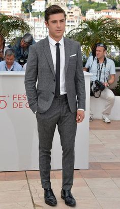 Gray suits always win. Especially with skinny black tie. Especially with Zac Efron in the suit and tie. Mens Wardrobe Essentials, Men's Wardrobe, Suit Fashion, Mens Fashion, Terno Slim, Black Tie Attire, Mode Costume, Look Man, Best Dressed Man