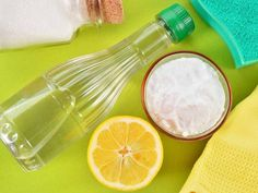Household Uses for Vinegar - Vinegar is extremely versatile product that you already have in your home! Check out these ingenious household uses for vinegar from cleaning to freshening and so much more. Baking Soda Bath, Baking Soda Cleaning, Baking Soda And Lemon, Baking Soda Uses, Kitchen Cleaning, Green Cleaning, Spring Cleaning, Home Remedies, Natural Remedies