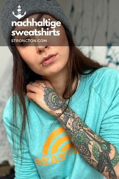 Simpel / Wild / Sunrise / Sunset …. Verewigt und immer dabei mit diesem Sweatshirt. Der superbequeme Pulli wurde aus 85 % Bio-Baumwolle und 15 % recyceltem Polyester unter fairen Bedingungen produziert. 1,- € aus jedem Verkauf spenden wir für wohltätige Zwecke. Mehr Inspiration und Outfit Ideen für Mode und Accessoires sowie lässige Designs, findest du bei Stroncton im Online Shop. #nachhaltig #fair #fairfashion #streetwear #menswear #womenswear #sweatshirt Stay Wild, Designs, Streetwear, Sweatshirts, Inspiration, Collection, La Mode, Wild Women, Make A Donation