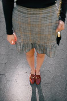 Females clothes by using Loafers - Female completely love clothing to pair along with shoes, as well as these days the list of possibilities becomes endless. Loafers Outfit, Gucci Loafers, Casual Skirt Outfits, Business Casual Outfits, Work Outfits, Brown Loafers, Buy Shoes Online, Love Clothing, Loafers For Women