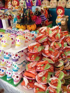 Calaveras, enchiladas y personajes de caricatura hechos de azúcar para el altar de muertos