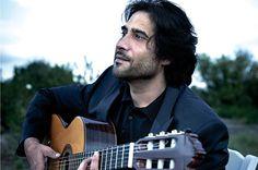 """Hola Amigos En nuestra sección """"FOTOGRAFÍA FLAMENCA"""" de esta semana, hemos elegido a un gran Maestro del Toque Flamenco como es Juan José Heredia, mas conocido por su nombre artístico """" Nino Josele"""", nació en Almería en el año 1974. Hijo del """"Josele"""" cantaor almeriense y descendiente de una larga dinastía de tocaores y cantaores almerienses, comenzó a despuntar a mediados de los años 1990, ganando en 1996 el Concurso de Jóvenes Intérpretes de la Bienal de Flamenco de Sevilla…"""