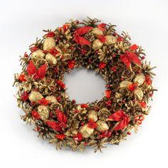 Złoty wianek świąteczny z czerwonymi ozdobami Christmas Is Coming, Flower Arrangements, Christmas Wreaths, Holiday Decor, Flowers, Home Decor, Paintings, Christmas Garlands, Homemade Home Decor