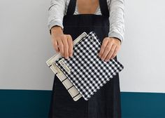 Agarradores y trapos cocina - Set de 2 Agarradores y 1 paño de cocina de algodón con gancho de aluminio. Decoración cocina, textiles. Trapos  Juego de