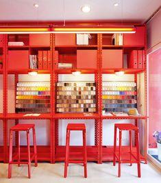 En la ciudad de Bangkok se encuentran situadas las oficinas deApos²quienes tuvieron la gran idea de tomar los colores primarios para realizar el diseño interior de sus oficinas y a juzgar por las fotos,